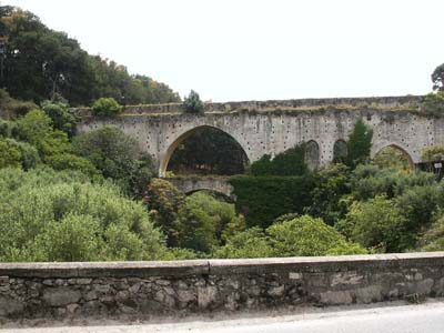 Roman aqueduct along the road to Kastelli